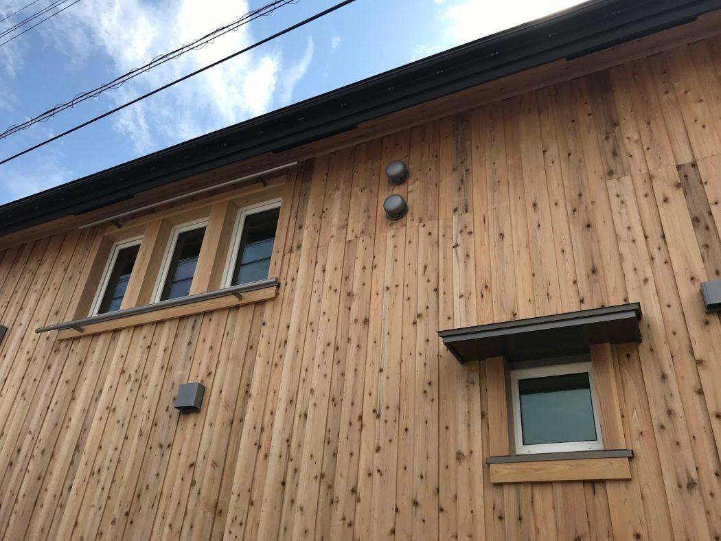 【お客様の家】「丘の上に建つK様邸」①外構・板外壁・造作ポスト。