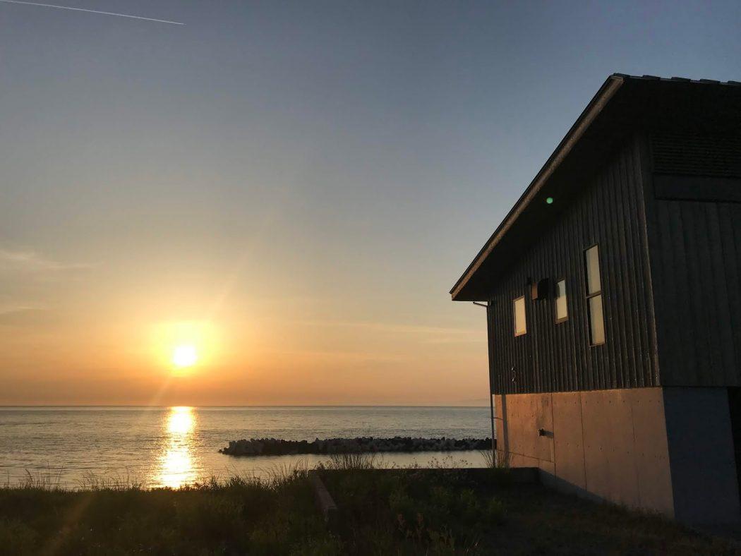 いなか日記。114『海岸線ドライブ「夕日と杉板外壁の家々」』
