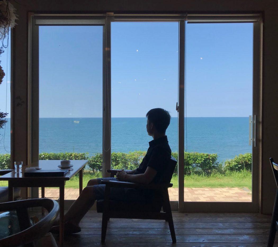 【秘訣】窓辺の心地良さ「海カフェドナの海ソファ」と家族で過ごす夕日。